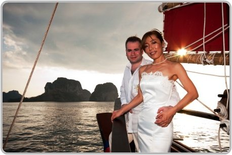 Romantic sunset weddings onboard the Chinese Junk