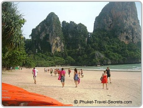 Tours and day trippers arriving at West Railay.