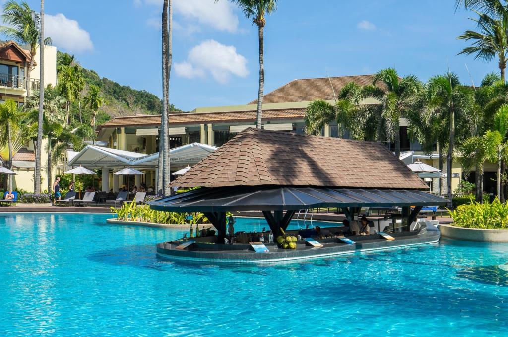 Marriott Resort & Spa Resort Merlin Beach swim up bar