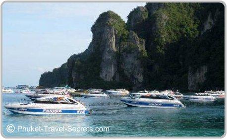 Speed boats in Tonsai Bay.