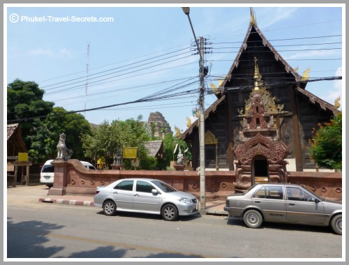 Street View of Wat Phan Tao and the close proximity to Wat Chedi Luang
