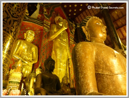 Standing Buddha, known as Phra Chao Attarot is located in the main Viharn at Chedi Luang..