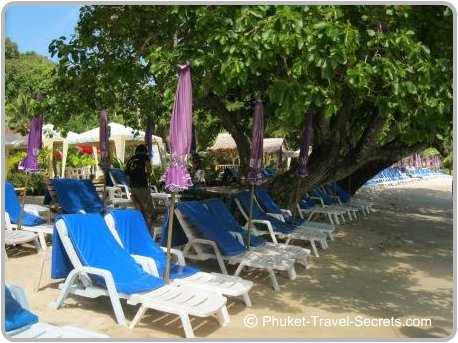 Beach facilities include sunbeds, toilet, showers and parking.